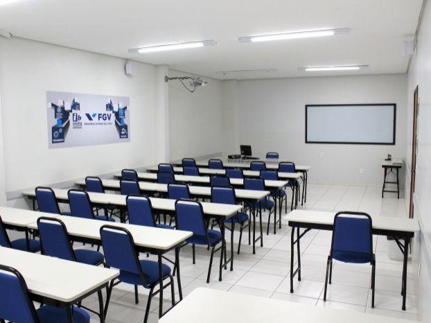 As salas contam com ar condicionado, mesas de dois lugares, cadeiras estofadas, quadro de vidro, sistema de sonorização, acesso à internet, flip-chart, além de disponibilizar bebedouro com água.